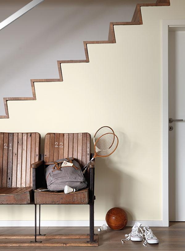In engen Durchgangsbereichen wie dem Hausflur schaffen Lichtgelbtöne Weite und Helligkeit. (Foto: epr/Alpina)