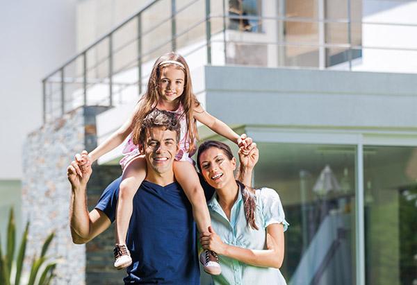 Familie vor Haus, ©gmast3r