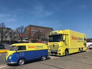 """VW-Bus und LKW des Umzugsunternehmens """"Die Möbelträger"""""""