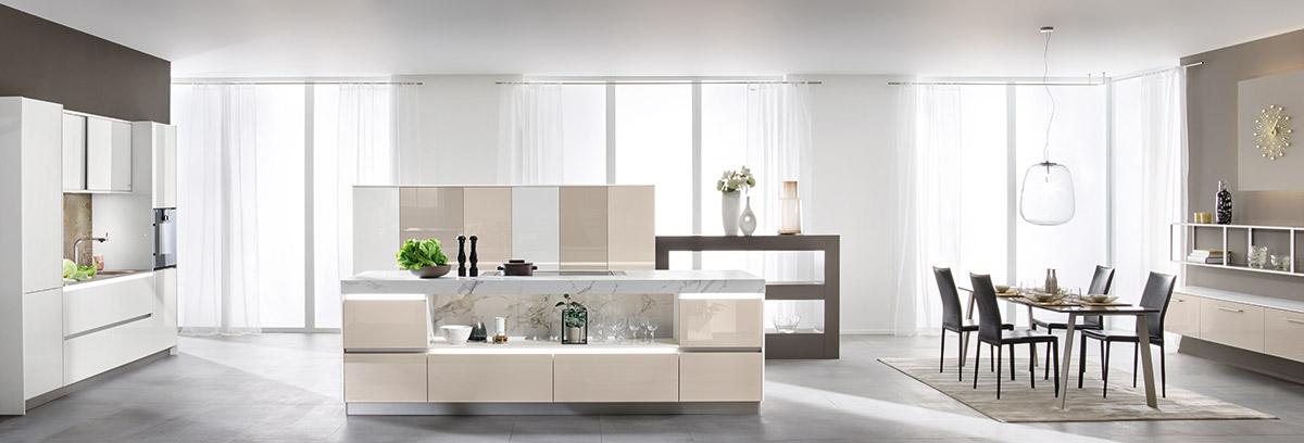 Wunderschöne, weiße Küche.